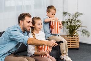 Familie beim Filmeabend
